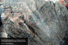 Pliegue isoclinal replegado en una capa cuarzosa de una fomación ferrífera bandeada. Valentines, Florida, Uruguay. Doctor Henri Masquelin